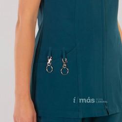 Detalle de bolsillo de blusa de sanidad corta con cremallera y manga corta en microfibra 360