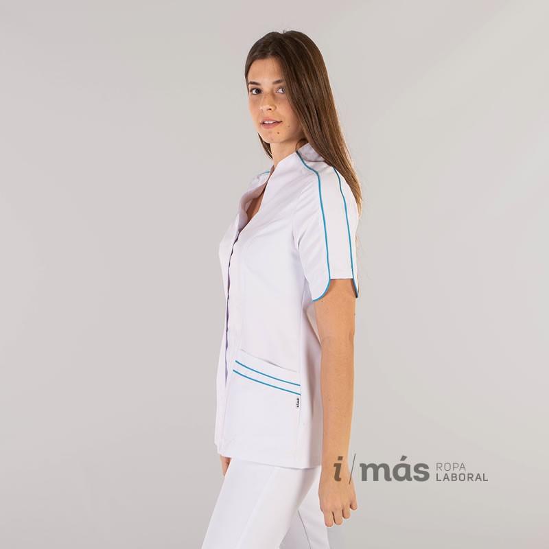 Blusa sanitaria modelo Arancha en microfibra blanca con detalle de color azul en bies