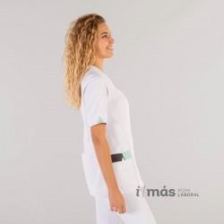 Blusa modelo Cris, abierta, de microfibra blanca con detalles en gris marengo y verde aguamarina