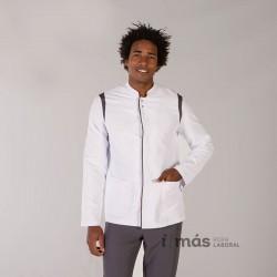 Bata corta de caballero modelo Gorka en microfibra blanca con detalles en color gris marengo