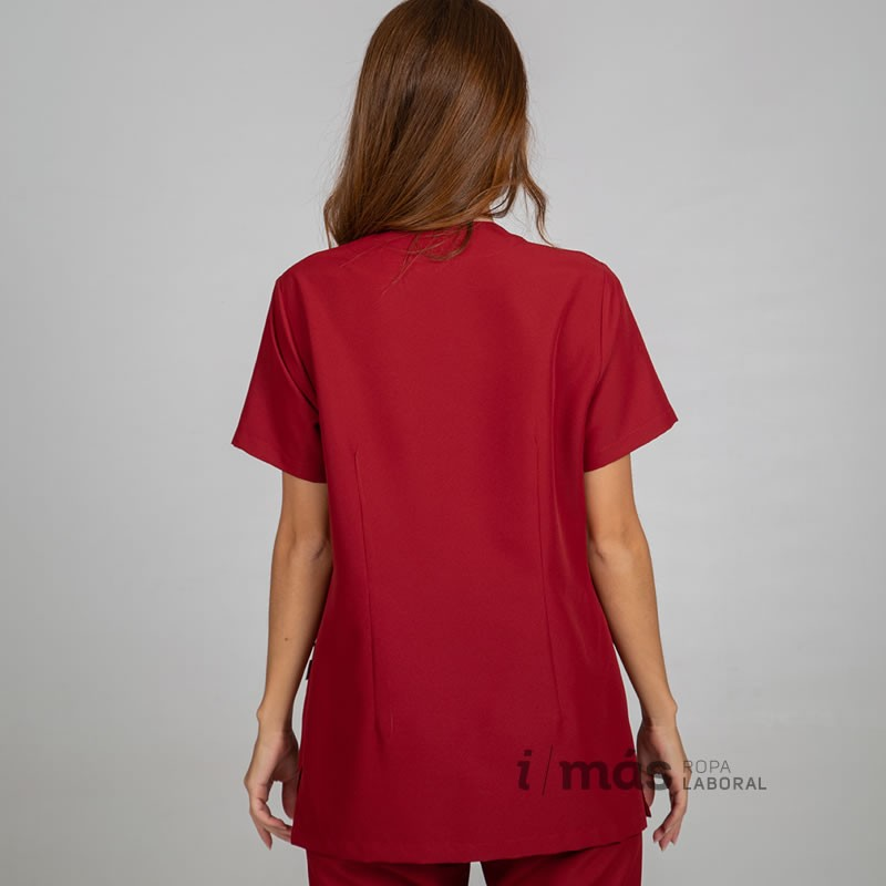 Blusa de microfibra abierta con cierre mediante broches ocultos, cuello de pico, de manga corta en color rojo
