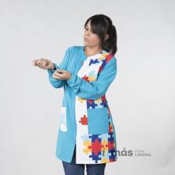 Bata de maestra con estampado de piezas de puzzle símbolo del espectro autista