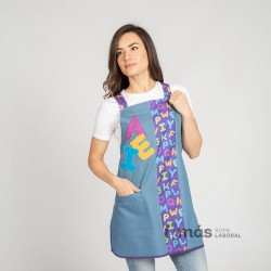 Casulla de maestra en tejido vaquero con estampado de letras y bordado tipo patchwork de AEI
