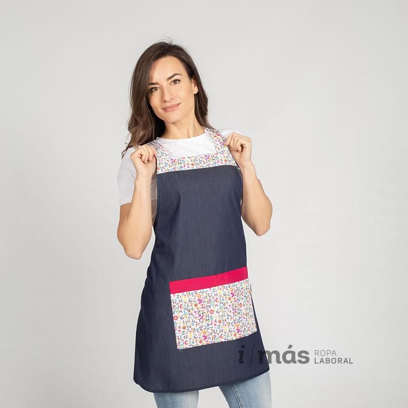Casulla de maestra en tejido tejano con detalles estampados con letras modelo Oral